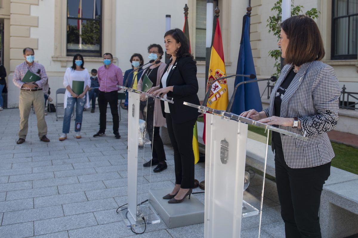 La presidenta de La Rioja, Concha Andreu, habla en presencia de la consejera de Salud, Sara Alba, y los representantes sindicales (Foto: Rioja Salud)