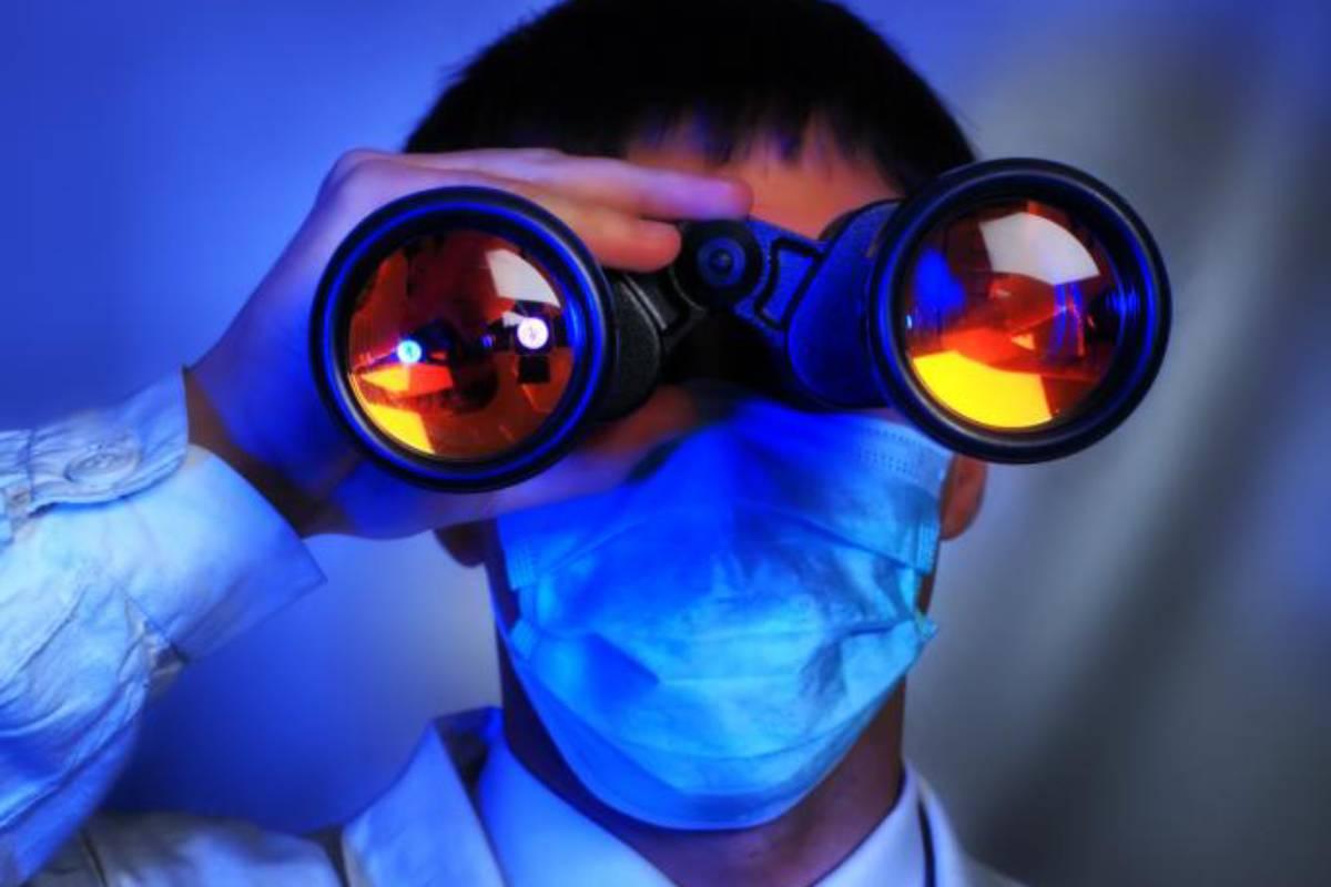 Médico con mascarilla y prismáticos.