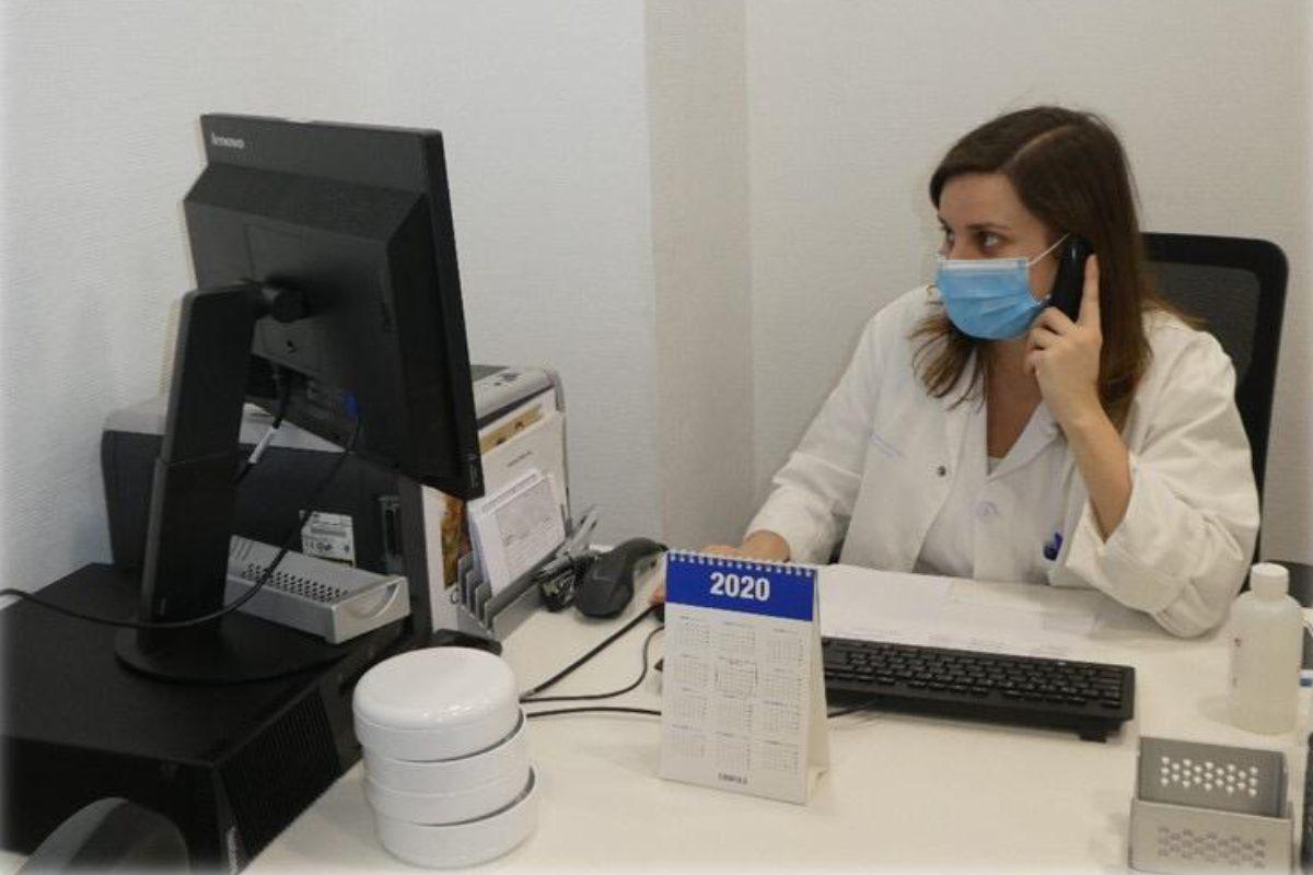 Una farmacéutica del Hospital de la Princesa, en Madrid, realiza labores de AF ligadas a la telefarmacia.