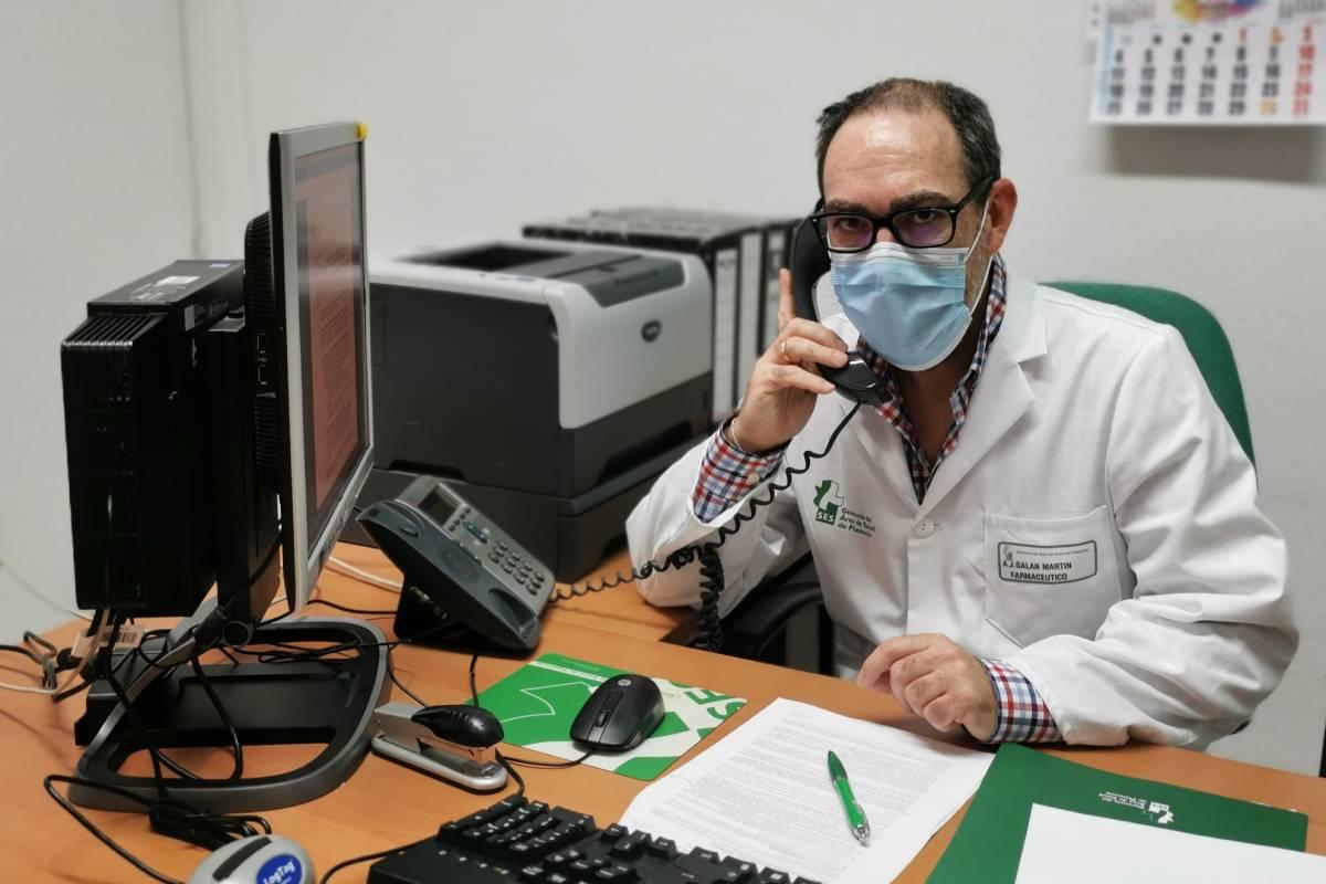 Antonio J. Galán Martín, farmacéutico de Salud Pública del área de Plasencia (Cáceres), trabajando como rastreador Covid-19.