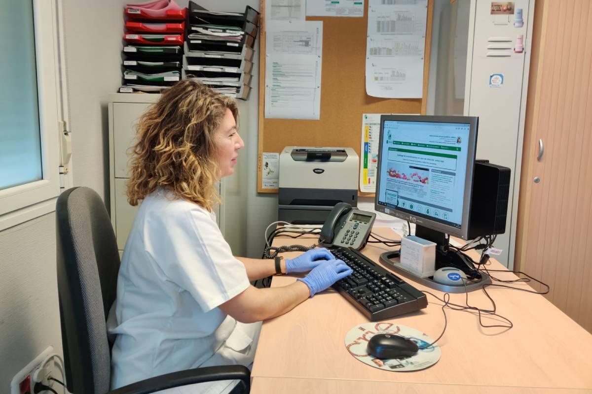 Rosario Artaloytia, farmacéutica de Salud Pública de Plasencia (Cáceres), rastreando contactos Covid en la soledad de su despacho.