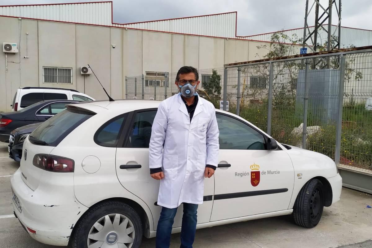 Claudio Buenestado, farmacéutico vocal nacional de Salud Pública, junto a su vehículo de trabajo.