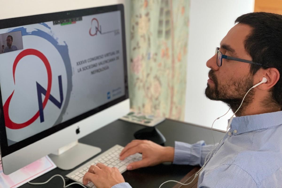 Marco Montomoli,secretario de la Sociedad Valenciana de Nefrología, conectándose a uno de los 'webinars' del congreso virtual.