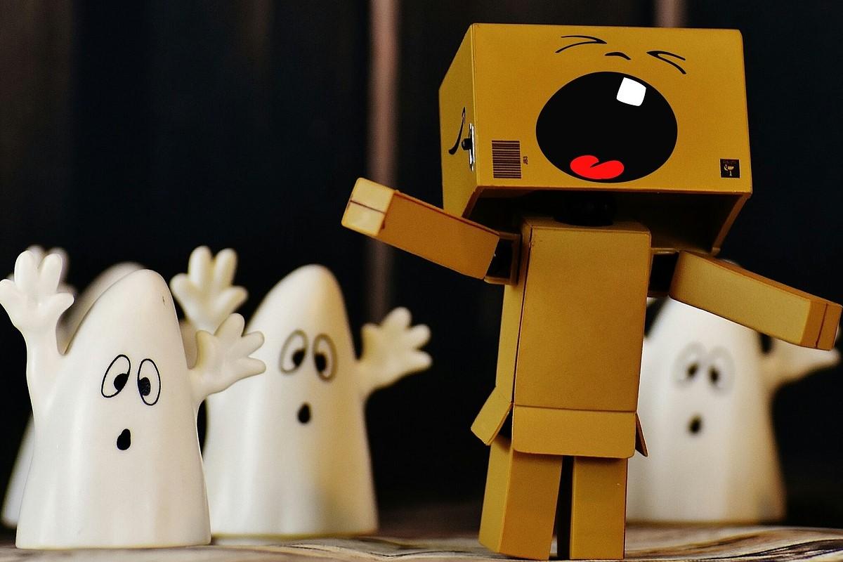Figuras de fantasmas y un muñeco gritando