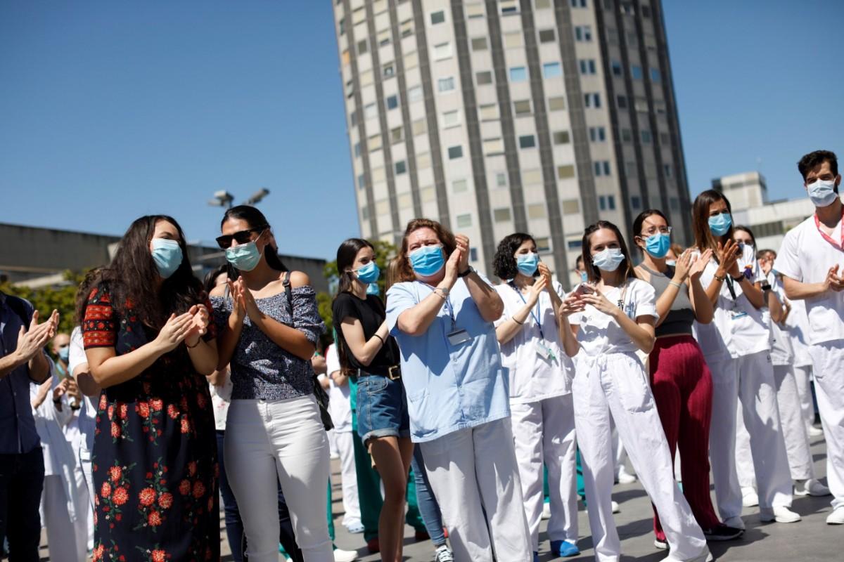 Acto de despedida de los residentes del Hospital de La Paz, en Madrid (EFE/David Fernández)