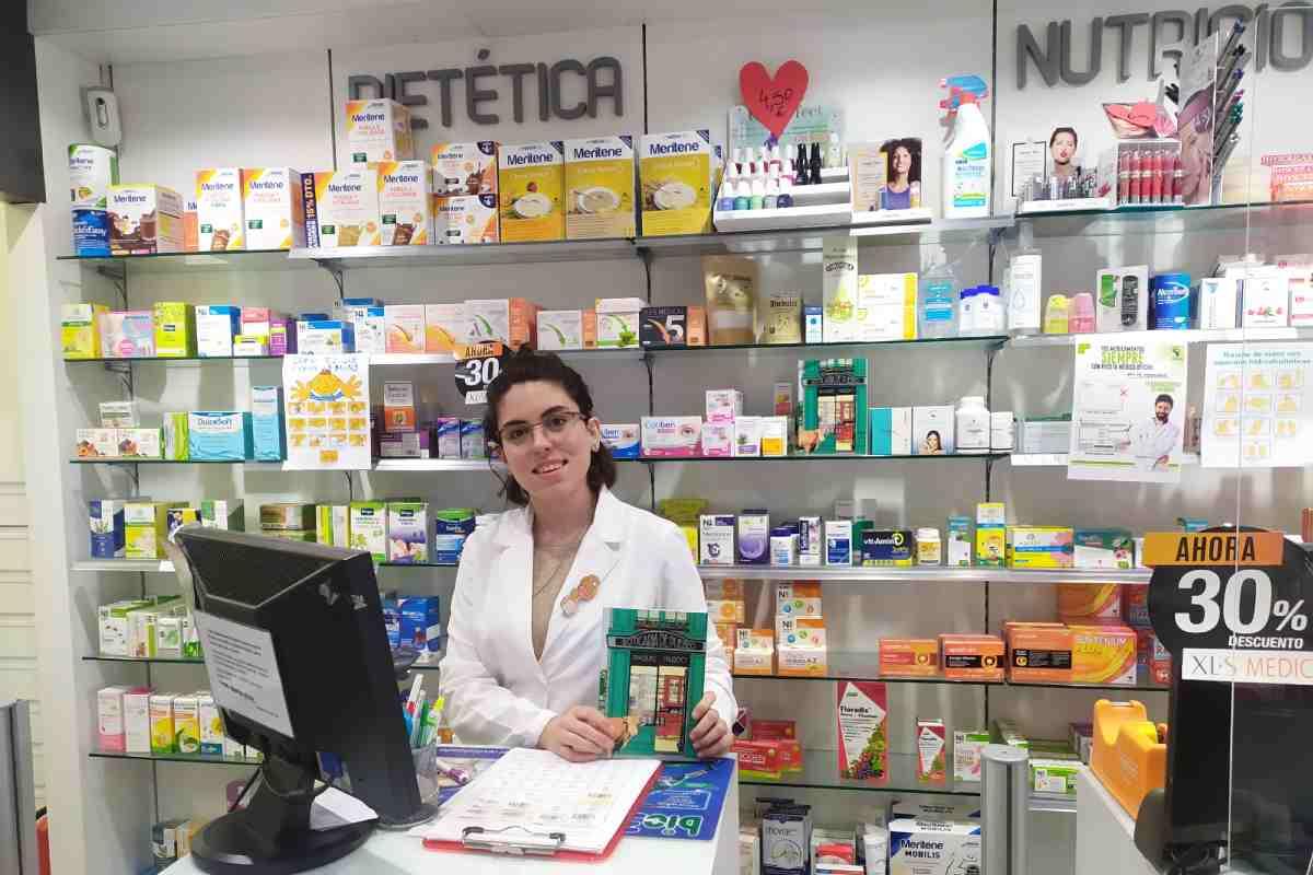 Raquel Pardo, técnico en Farmacia, se estrena en el mundo literario con su primera novela 'Boticaria de pueblo'.