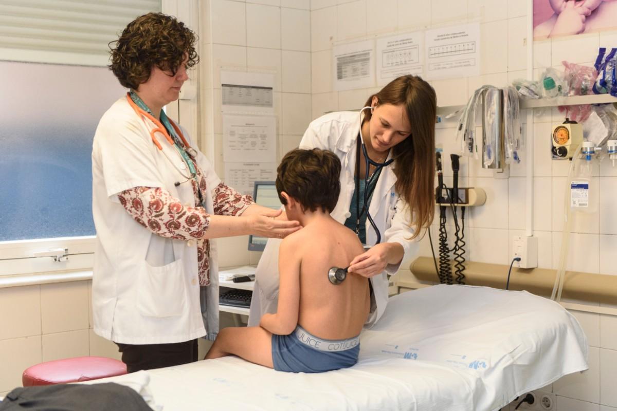 Una MIR con su tutora en el Hospital Niño Jesús de Madrid (Luis Camacho)
