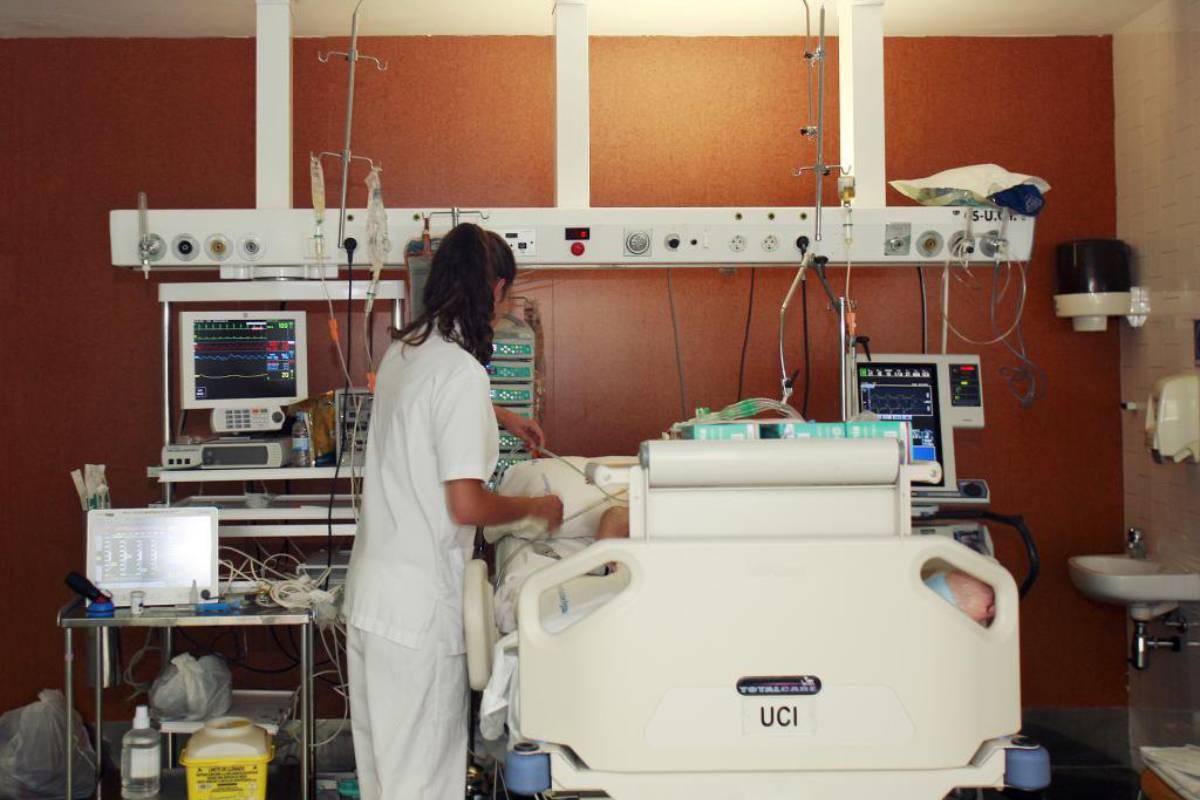 Un paciente atendido en una UCI.