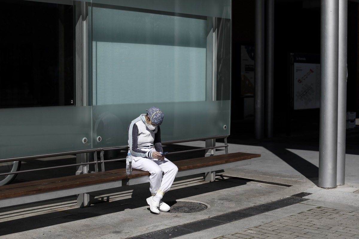 Un profesional descansa a las puertas del hospital provisional de Ifema (Foto: Alberto Di Lolli)