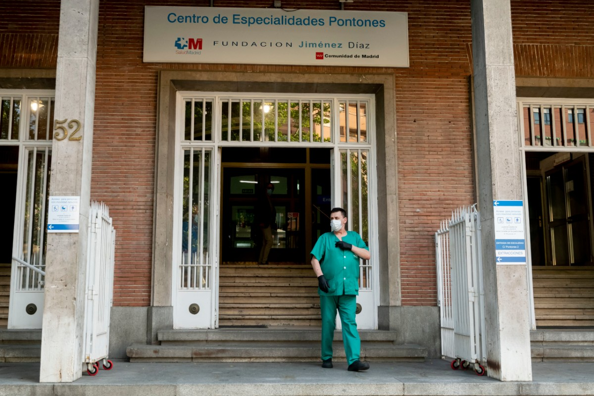 Sanitario saliendo de un centro de Madrid durante el homenaje a los profesionales caídos (José Luis Pindado)