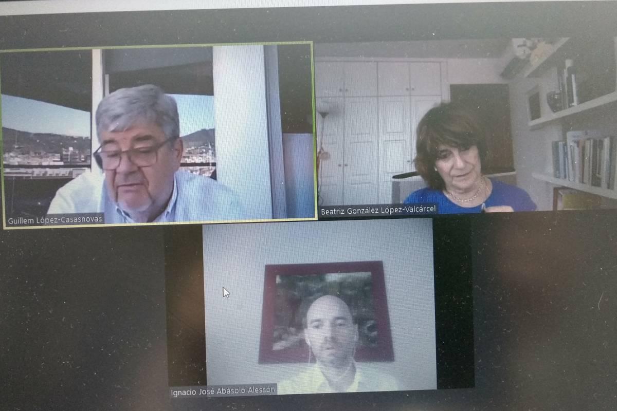 Un momento del seminario con los catedráticos de Economía Beatriz González López-Valcárcel y Guillem López-Casasnovas.