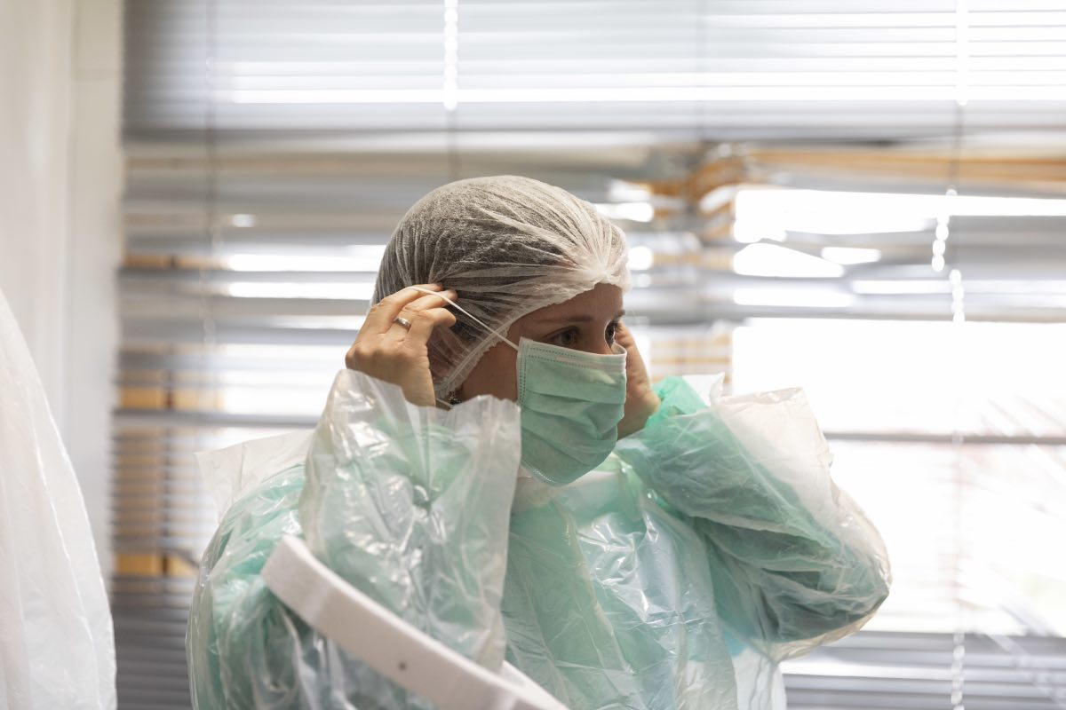 Una enfermera de un centro de salud de Teruel se coloca su EPI (Foto: Alberto Di Lolli).