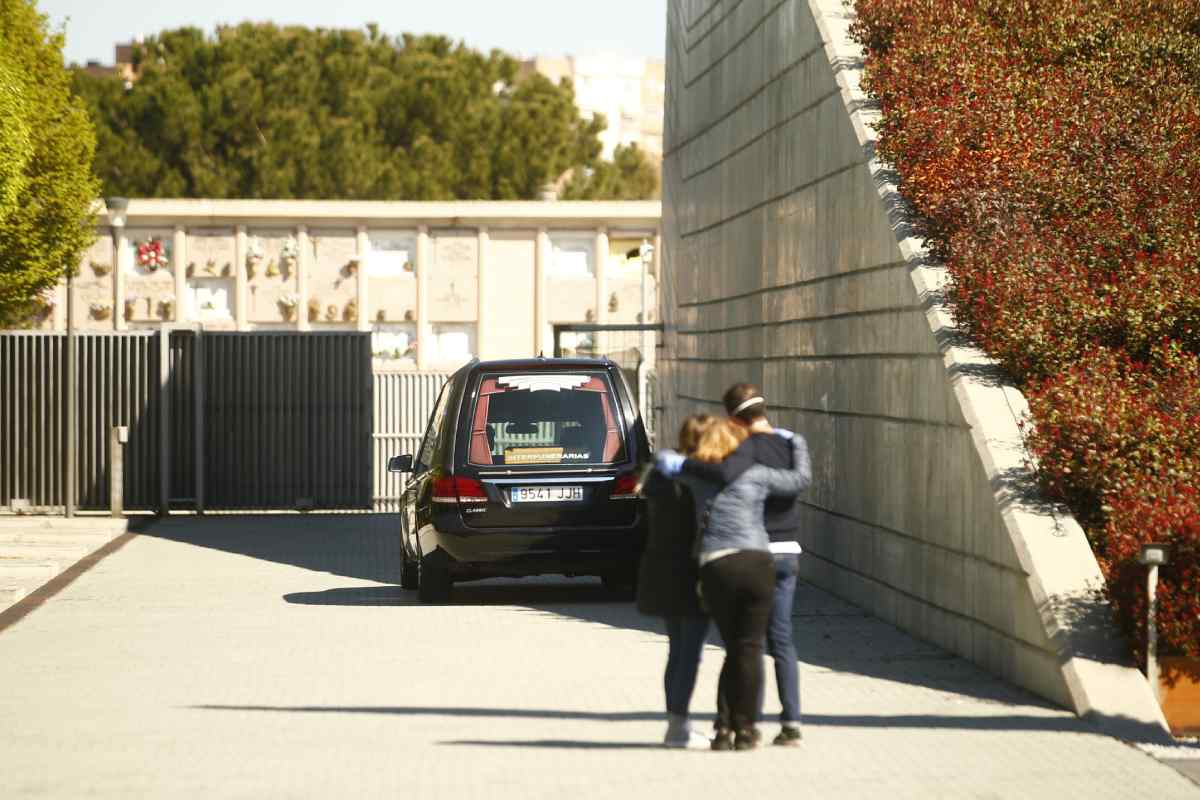 Familiares despiden a una persona fallecida por Covid-19 en el crematorio de Leganés (Madrid).