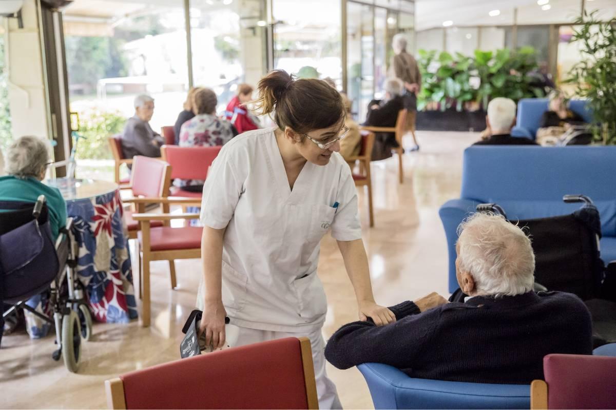 La pandemia ha azotado con especial virulencia a las personas mayores, sobre todo a aquellas que viven en residencias y centros sociosanitarios. FOTO: Ariadna Creus y Ángel García (Banc Imatges Infermeres).
