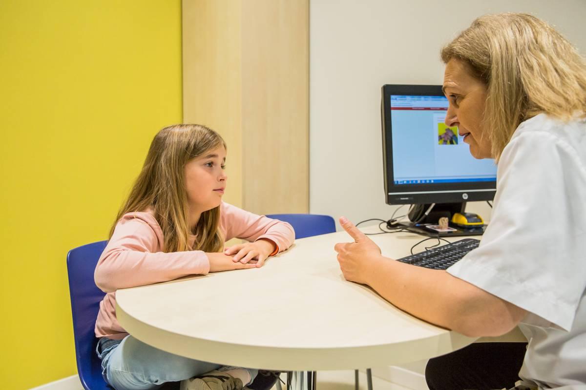Por conocimientos, competencia y cualificación, la enfermera escolar debe jugar un papel determinante para evitar nuevos contagios en las aulas. FOTO: Ariadna Creus y Ángel García (Banc Imatges Infermeres).