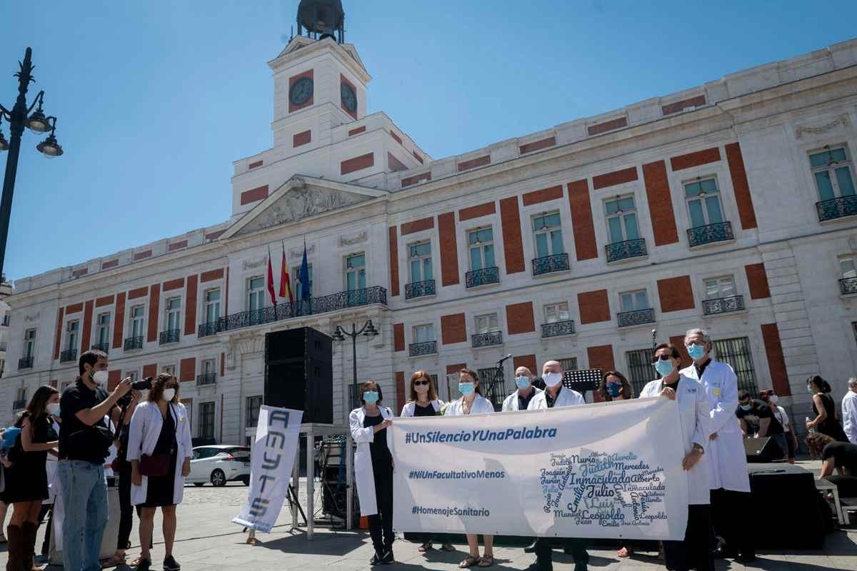 Médicos convocados por Amyts se han concentrado en la Puerta del Sol este sábado.