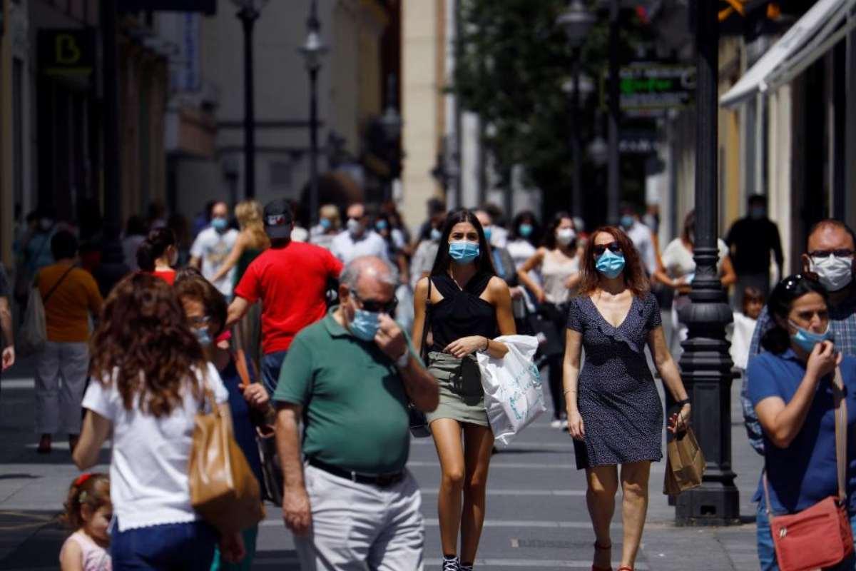 Gente en una calle comercial de Córdoba.