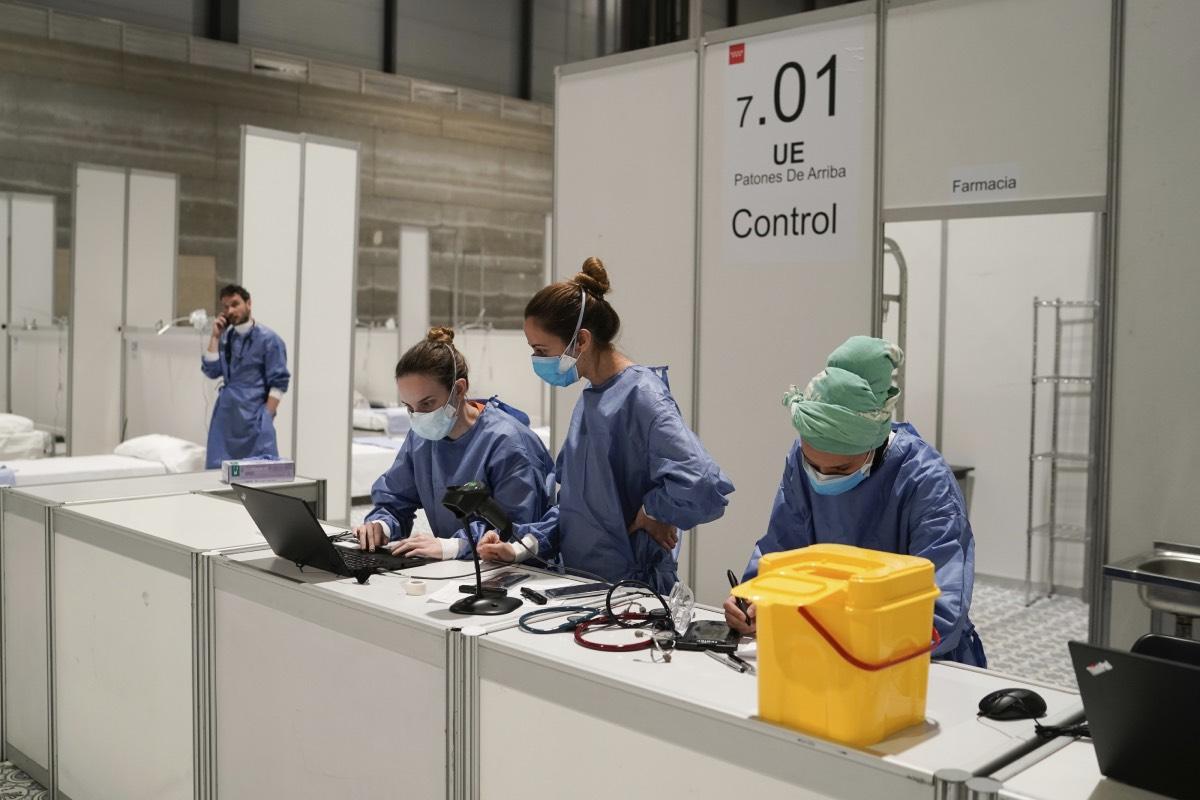 """El hospital de campaña de Ifema, paradigma de la colaboración entre profesionales y el aprendizaje """"informal"""" durante la Covid (Foto: El Mundo)"""