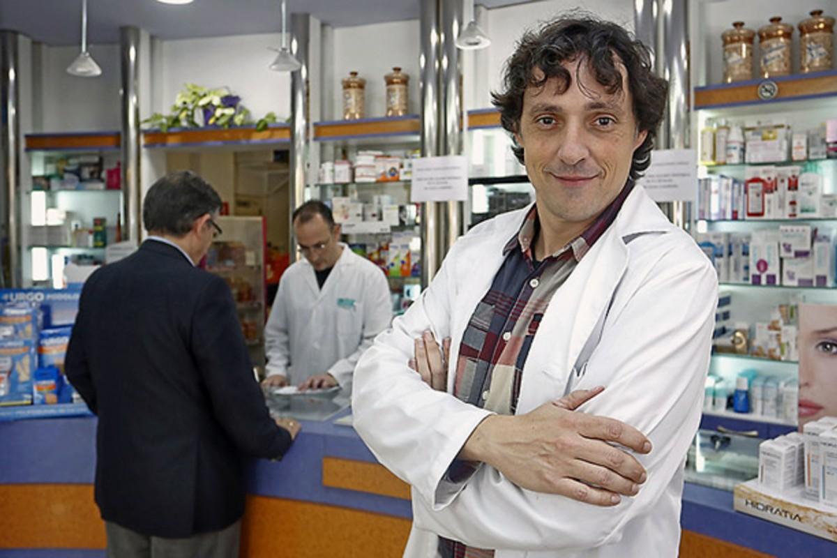 José Miguel Ruiz Maldonado, en su farmacia de Lorca (Murcia)