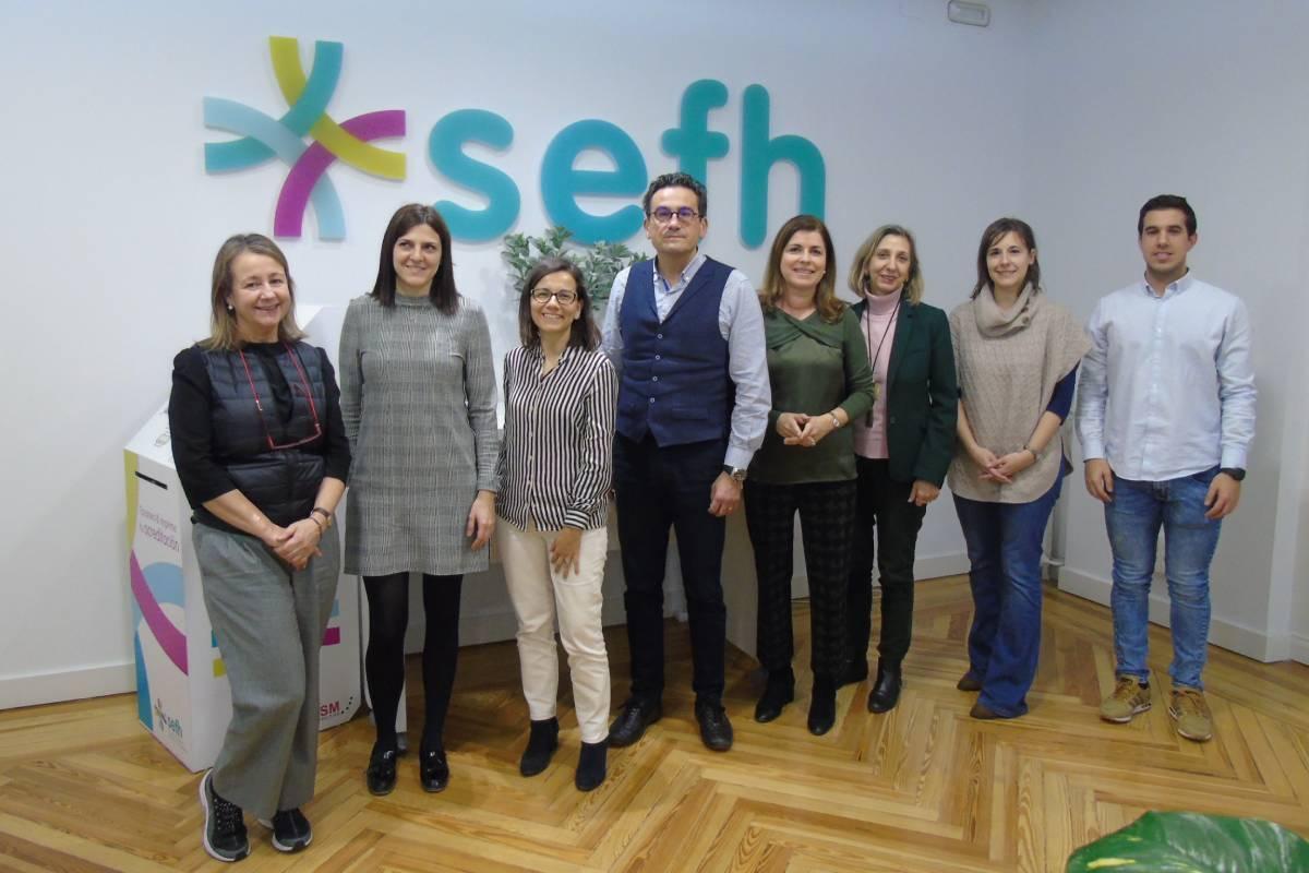 En el centro, José Luis Poveda, coordinador del Grupo Orphar de la SEFH, con miembros del equipo.
