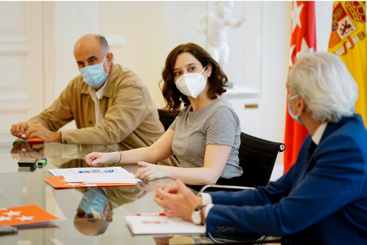 El consejero de Sanidad, Enrique Ruiz Escudero, charla con la presidenta Isabel Díaz Ayuso, en presencia de Antonio Zapatero (Foto: CAM)