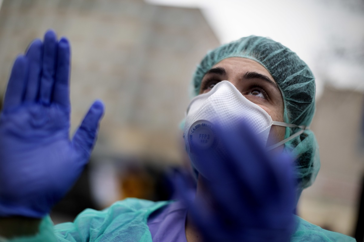 Un profesional sanitario aplaude a las puertas del Hospital Gregorio Marañón, de Madrid (Foto: Alberto Di Lolli)