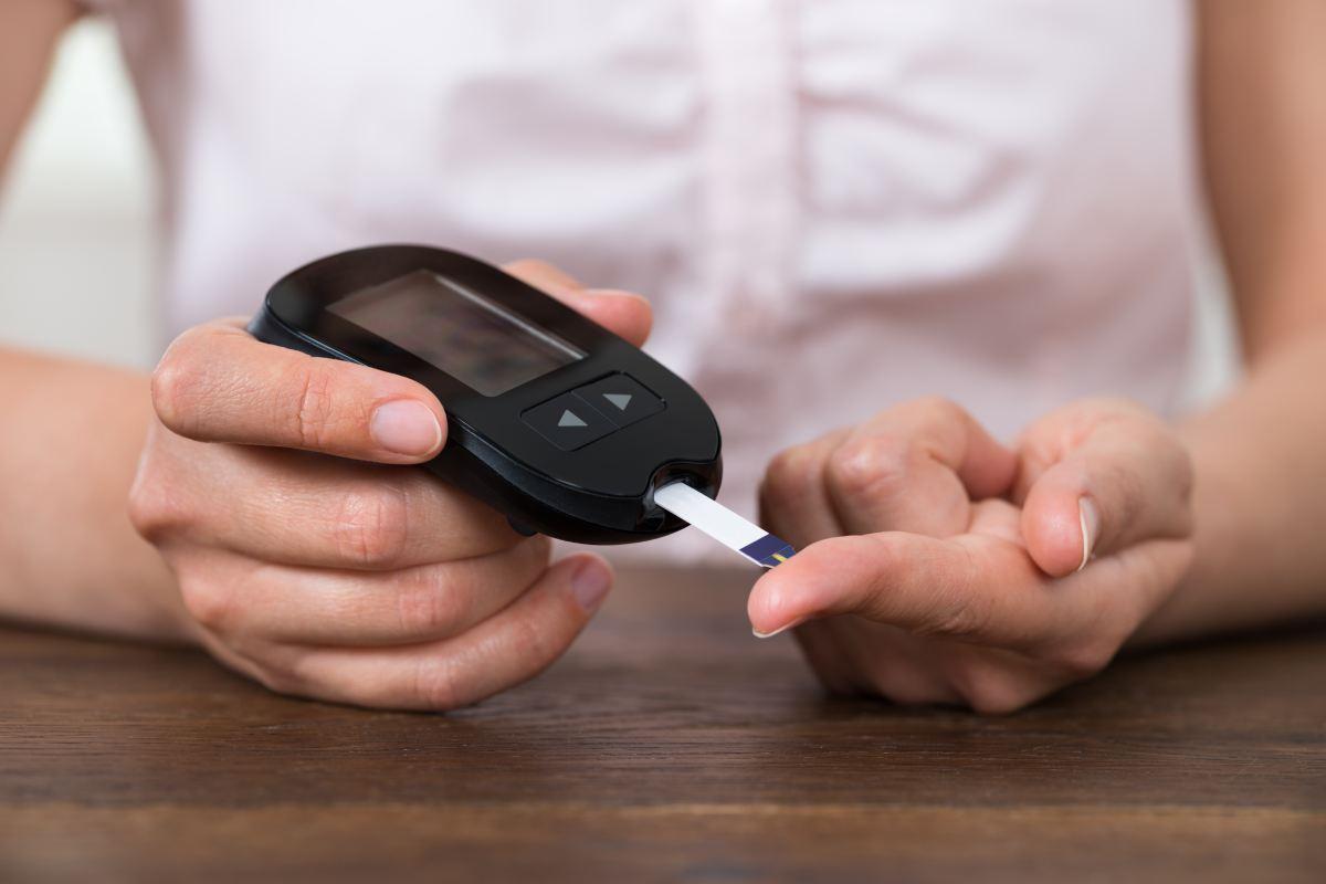 Una persona realiza control de glucemia.