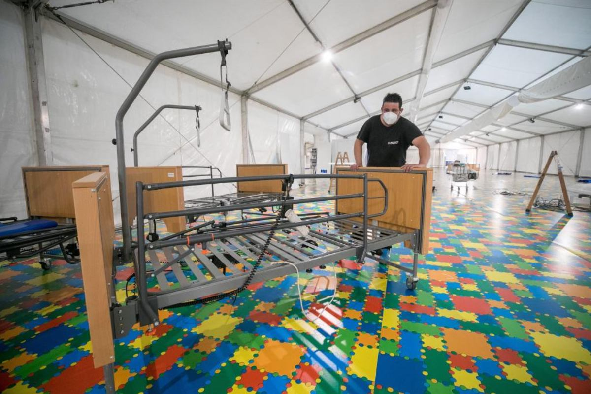 El Gobierno de Aragón ha ordenado este lunes el desmontaje del hospital de campaña que se instaló en la Sala Multiusos del Auditorio de Zaragoza con el fin de tener camas disponibles ante el aumento de la demanda hospitalaria durante la pandemia de la COVID-19.