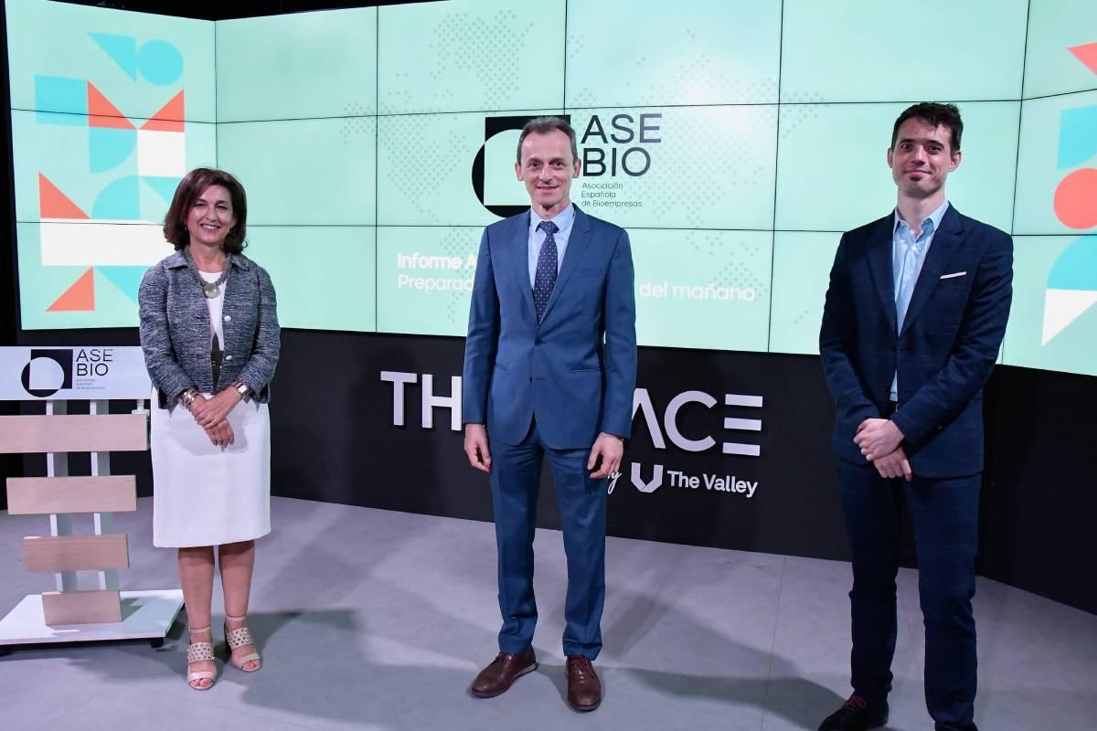 Ana Polanco, presidenta de Asebio; Pedro Duque, ministro de Ciencia e Innovación, y Ion Arocena, director general de la patronal, en la presentación del Informe Asebio 2019.