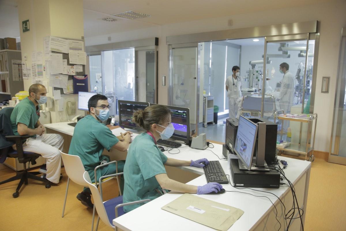 Una doctora introduce datos en el ordenador, en presencia de sus compañeros, en un hospital de Madrid (Foto: Javier Barbancho)