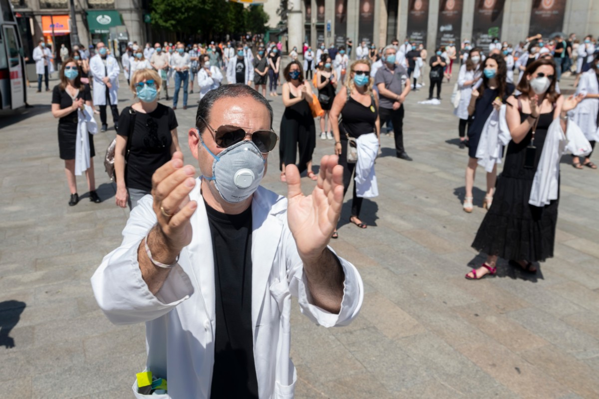 Manifestación de médicos en la Puerta del Sol de Madrid organizada por Amyts como homenaje a los médicos fallecidos por el coronavirus y reclamando el fin del maltrato a los facultativos (José Luis Pindado)