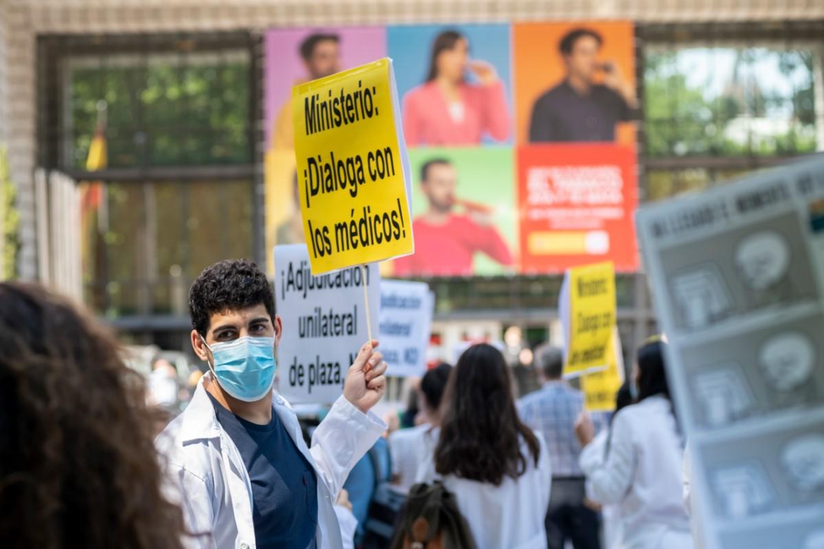 Candidatos del MIR 2020 manifestándose frente al Ministerio de Sanidad el pasado 23 de junio (José Luis Pindado)