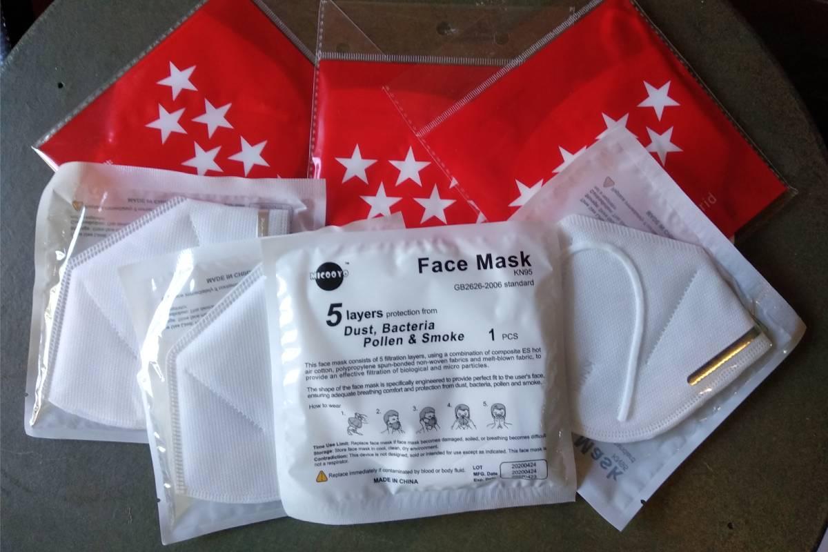 Mascarillas gratuitas de Madrid: de la primera entrega (con la bandera) y la segunda.