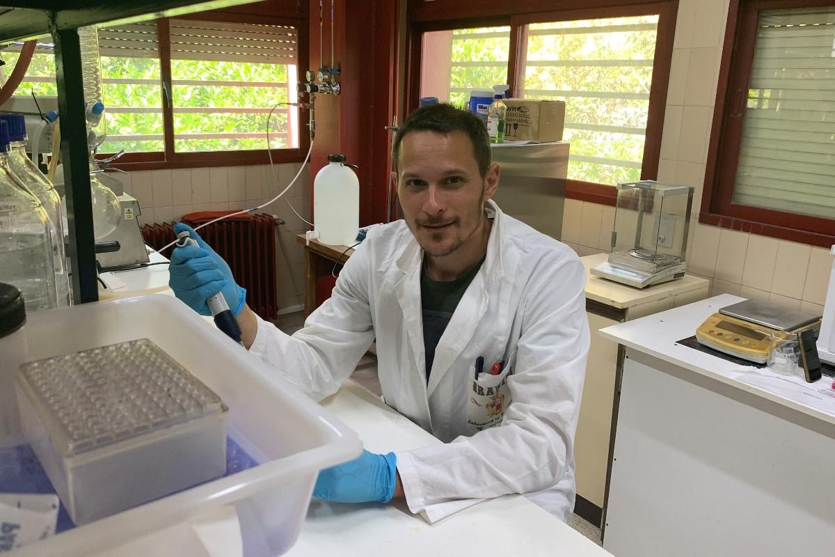 Mattia Bramini, en su laboratorio de la Universidad de Granada.