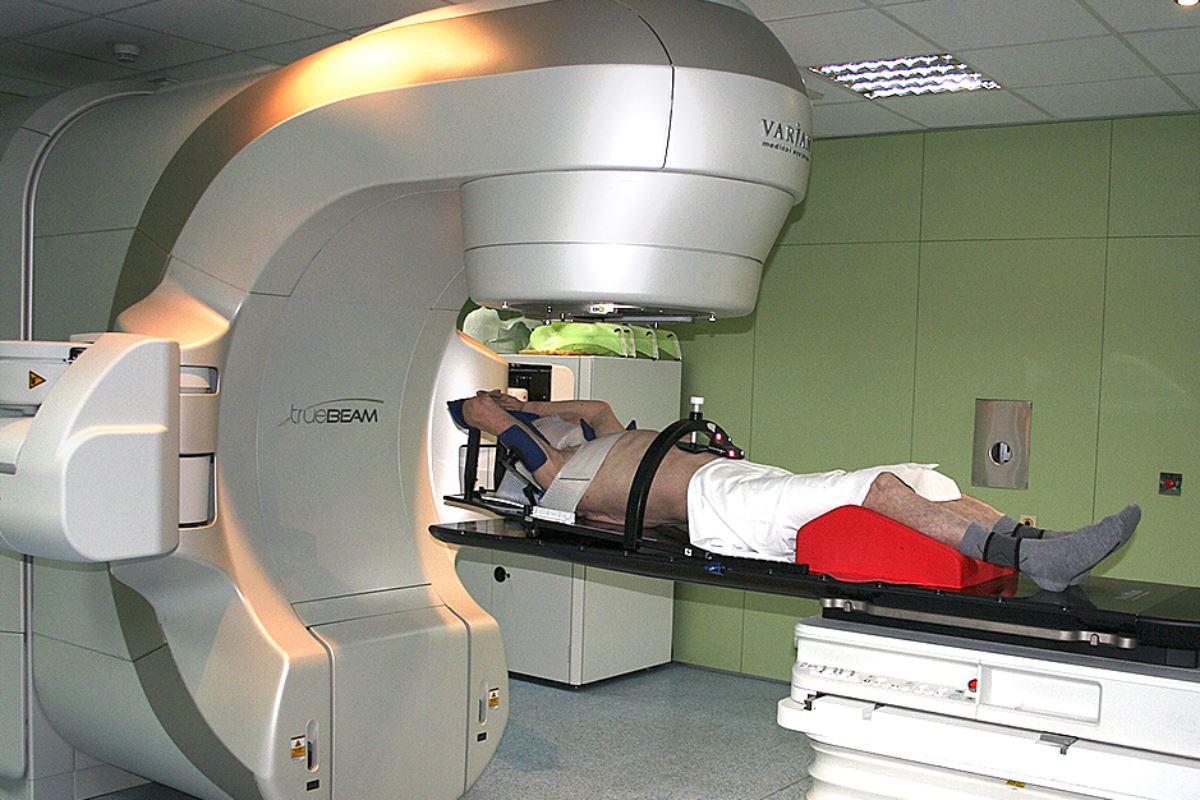 Paciente con cáncer de pulmón recibe una radioterapia.