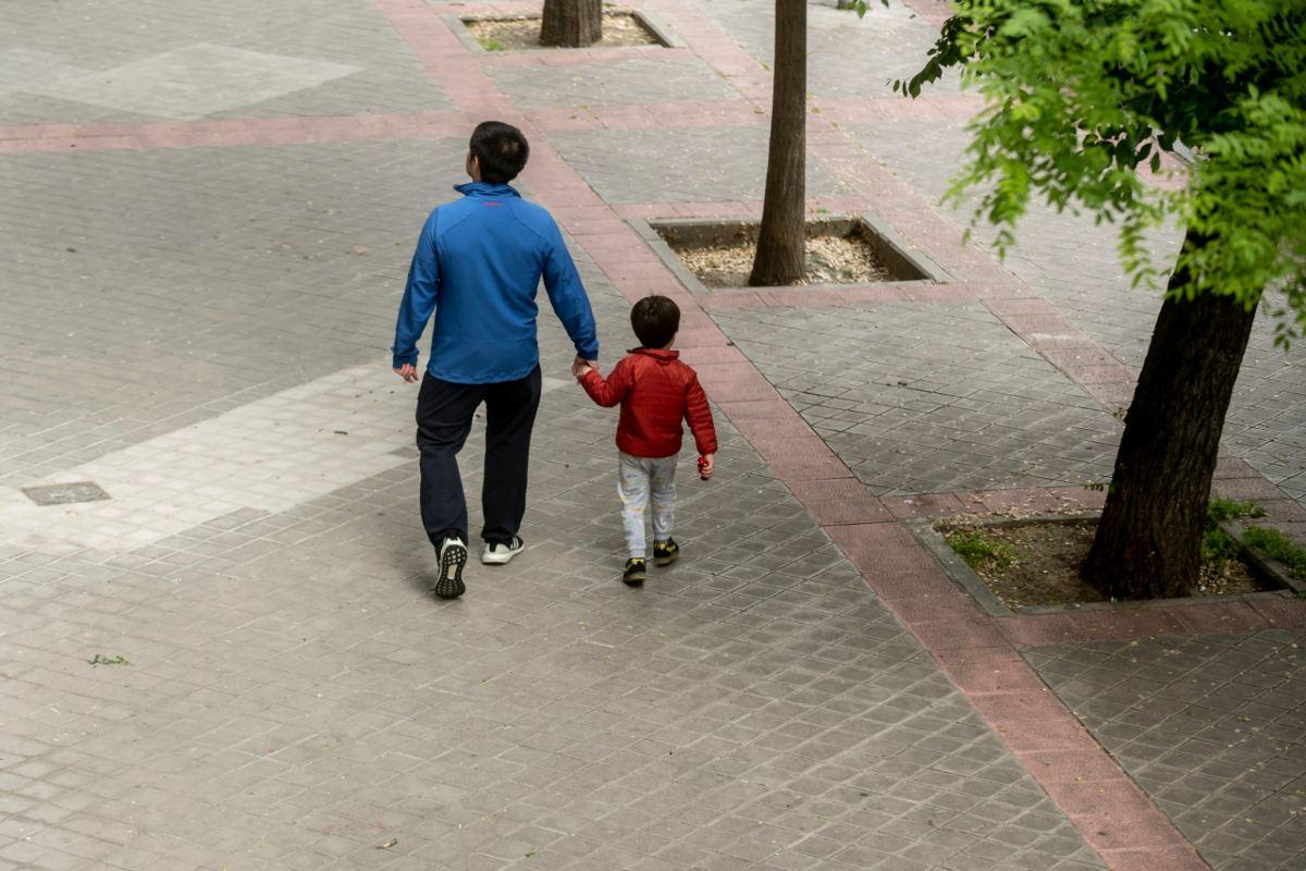 Una instantánea del primer día que se permitió el paseo de los niños como medida de desconfinamiento (José Luis Pindado)