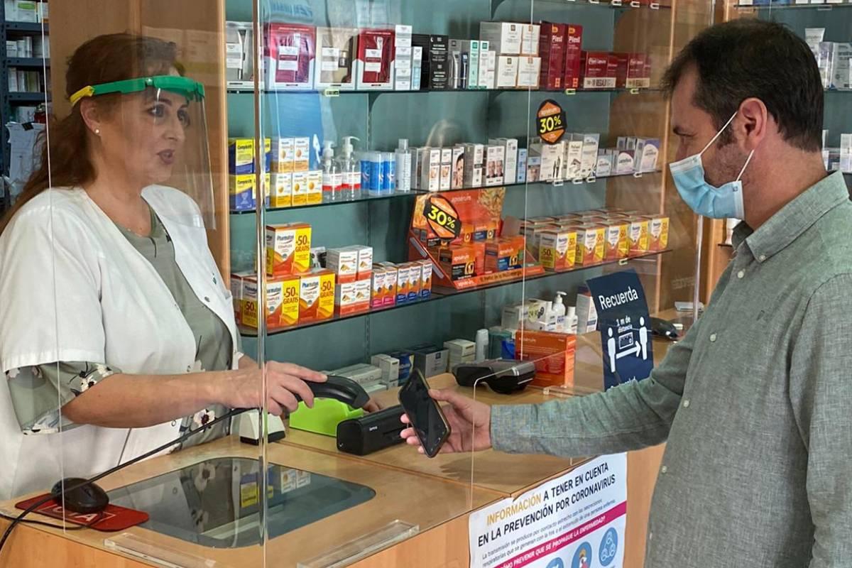 Primera dispensación de 'e-receta' privada, realizada en una farmacia de Córdoba el 13 de mayo.