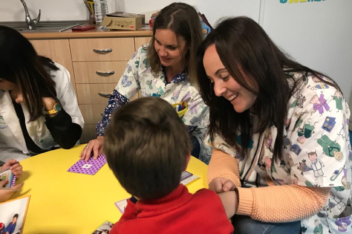 Enfermeras de Salud Mental atendiendo a unos menores (Junta de Andalucía)