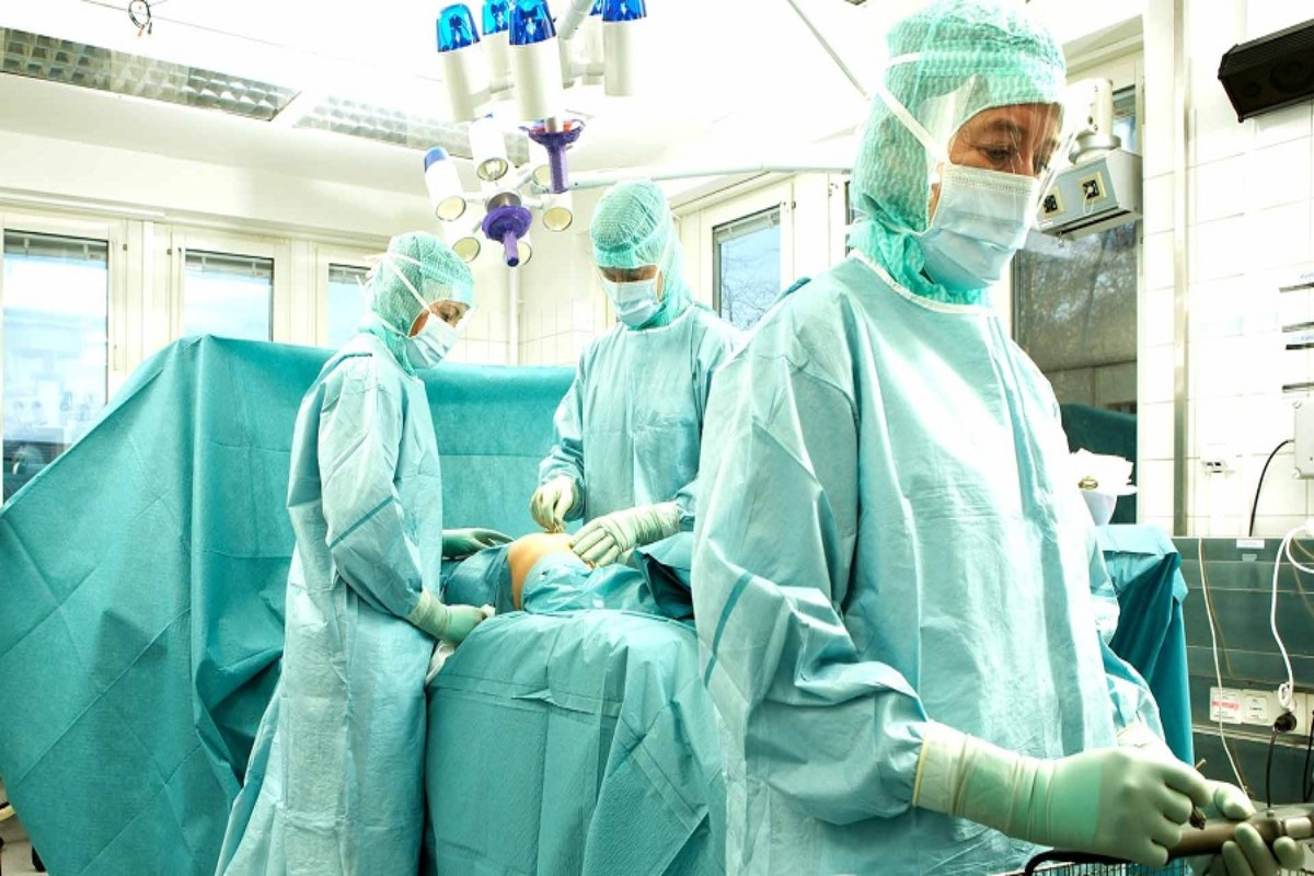 Una sala de autopsias.