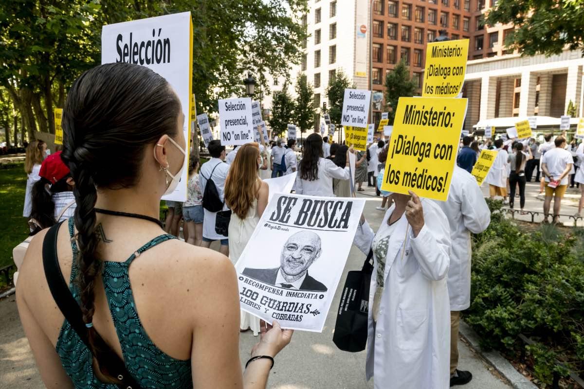 Aspecto de la protesta convocada por CESM a las puertas del ministerio para pedir la suspensión de la elección telemática (Foto: José Luis Pindado)