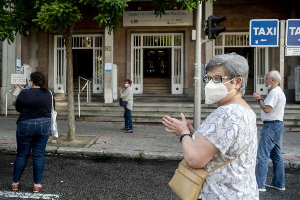 Aplausos en favor de la sanidad pública a las puertas de un centro de salud de Madrid (Foto: José Luis Pindado)