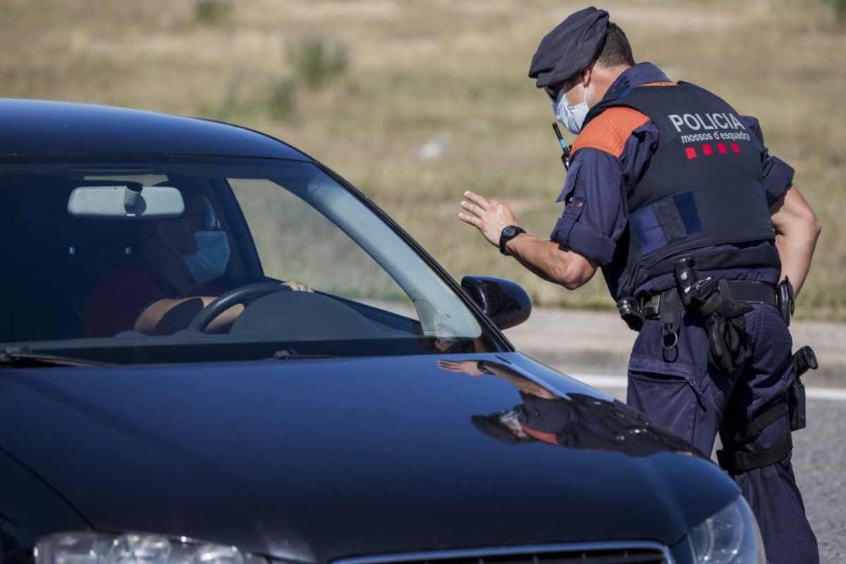 Control de la policia catalana a las afueras de Lérida