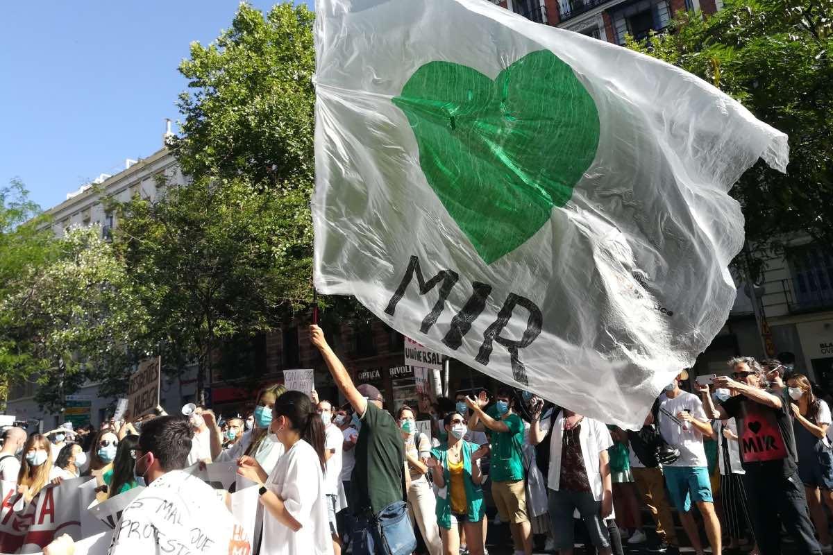 Aspecto de la manifestación de residentes que se desarrolló ayer por el centro de Madrid (Foto: Comité de Huelga MIR).
