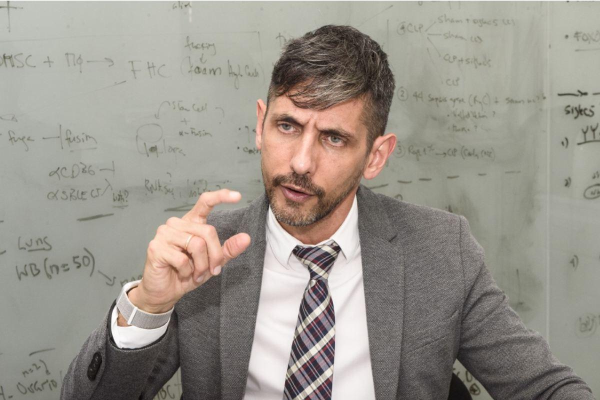 Eduardo López-Collazo, director de IdiPaz, analiza el coronavirus en un nuevo libro.