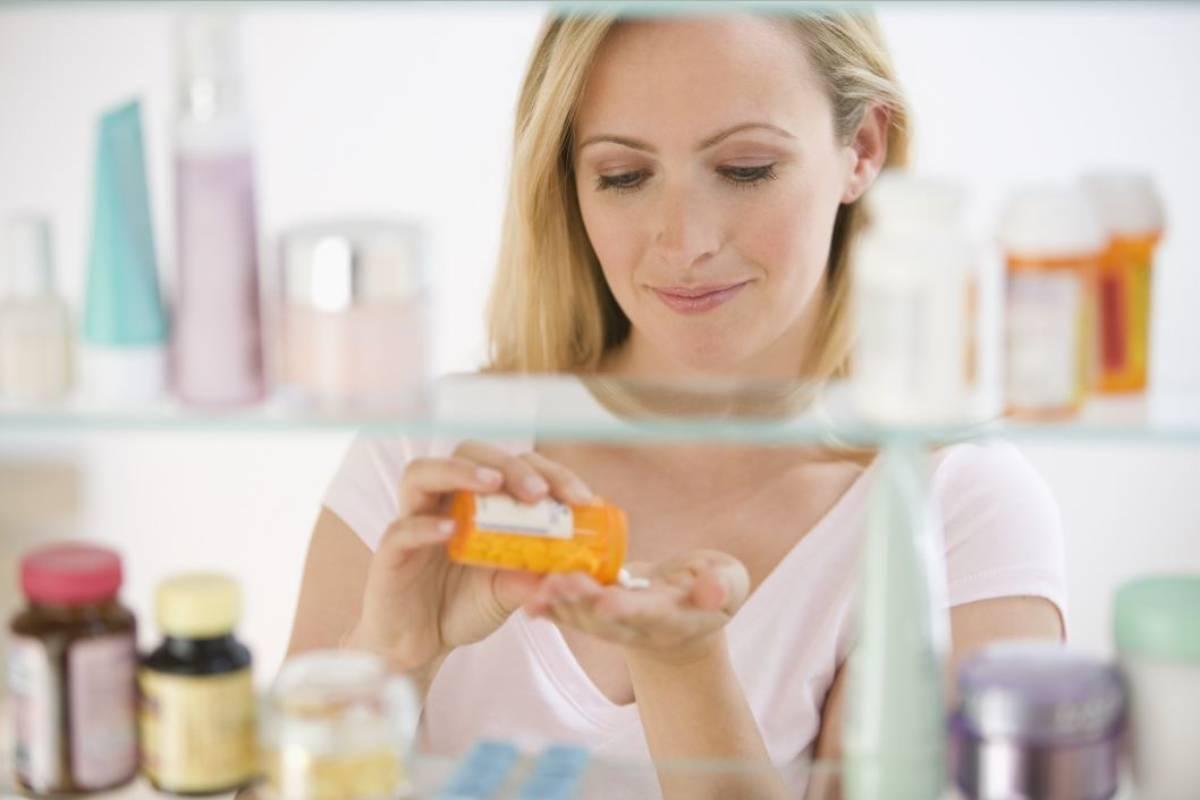 Seis de cada diez españoles acudirán antes a la farmacia que a su médico de atención primaria para consultas relacionadas con dolores articulares o resfriados comunes.