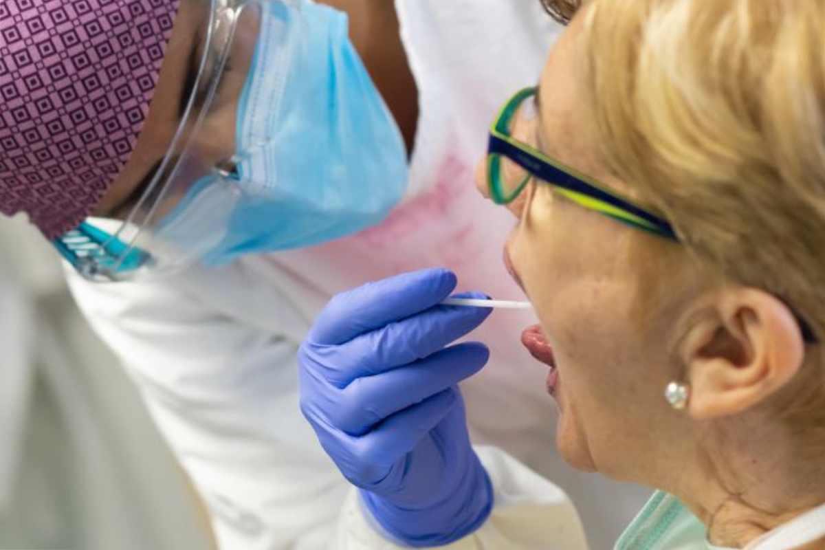 Extracción de muestra para prueba PCR de Covid-19.