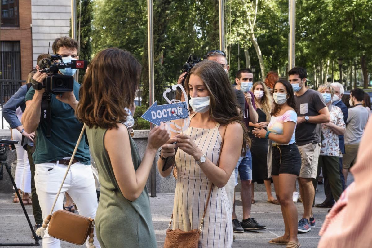 Dos nuevas residentes celebran la asignación de su plaza a las puertas del Ministerio de Sanidad, el primer día de elección de este año (Fotos: Luis Camacho).