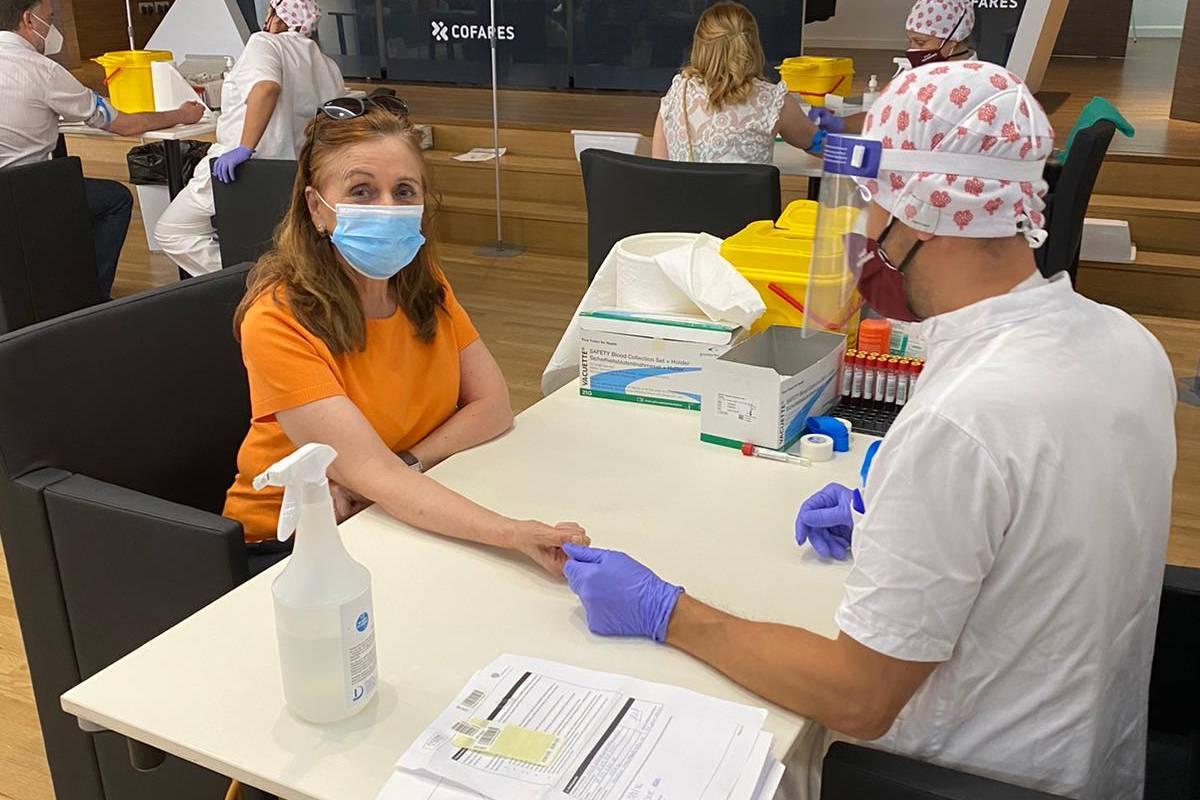 Farmacéutica sometiéndose al test de seroprevalencia del COF de Madrid.