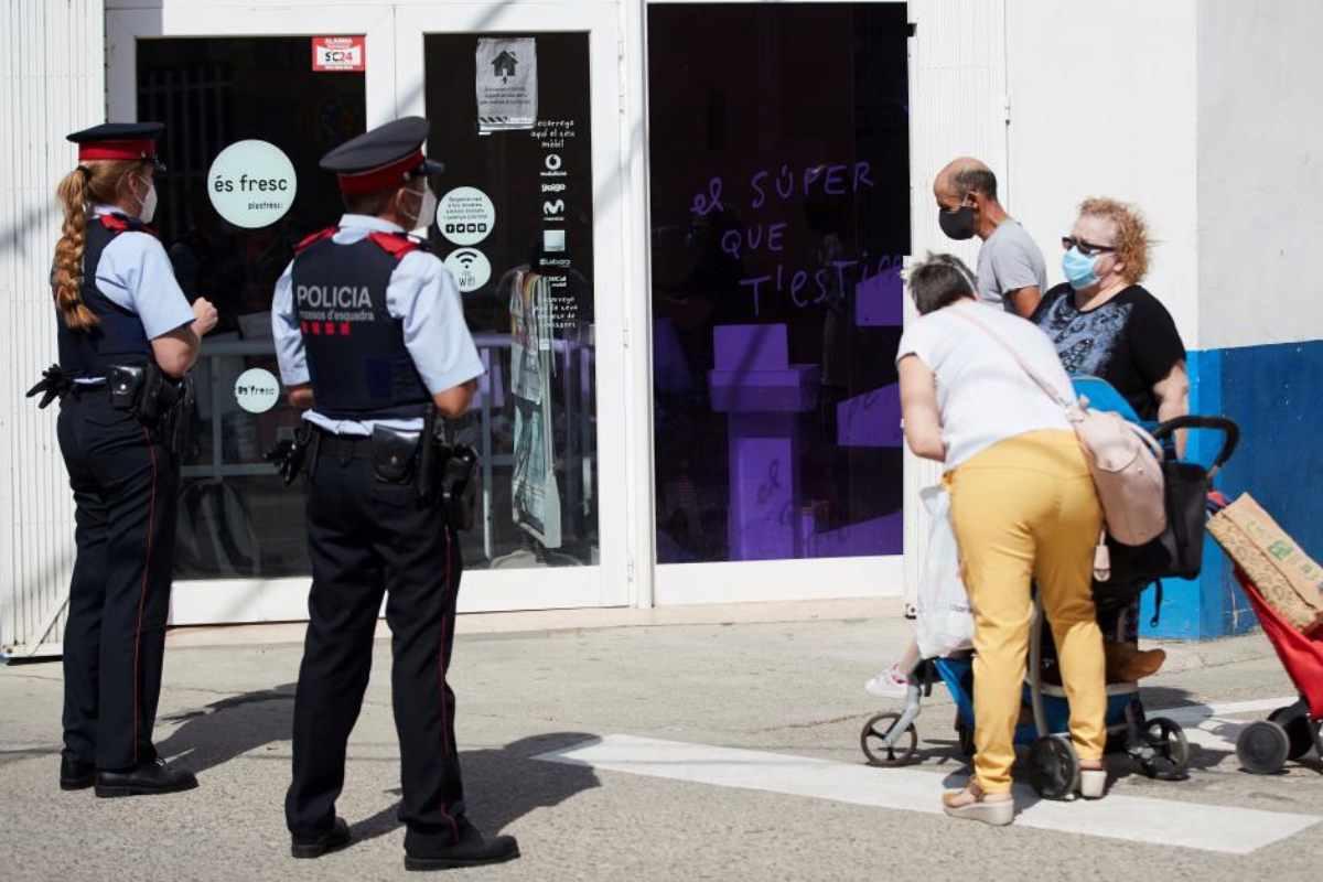 Policía autonómica informando a ciudadanos de Aitona.