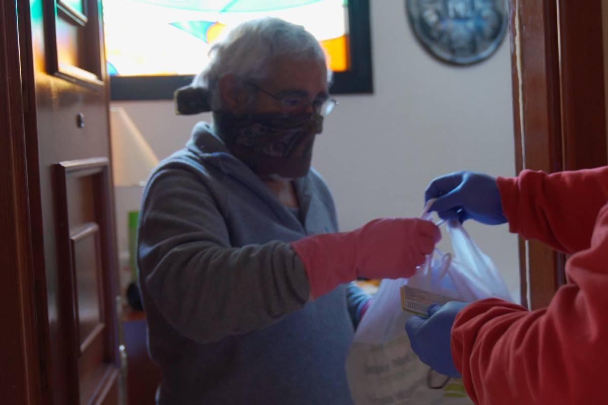 Un paciente recibiendo la medicación en su domicilio.